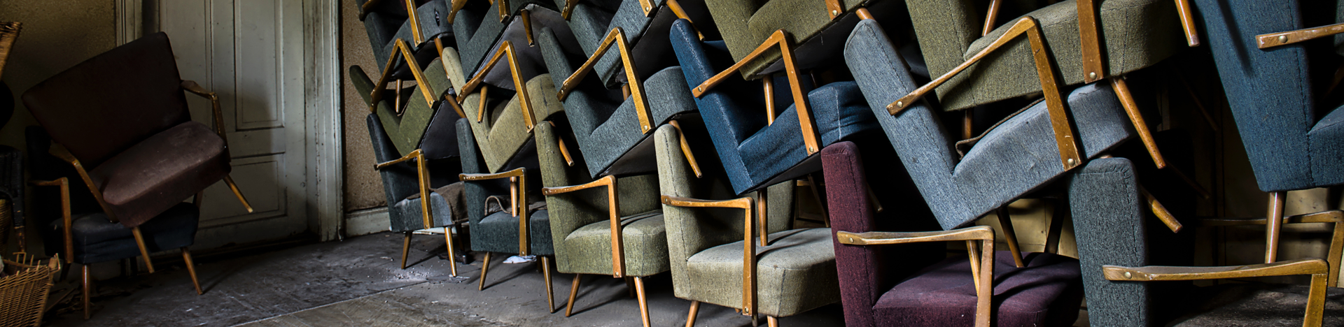 restauration fauteuils vintages empilés tapissier décorateur lissieu