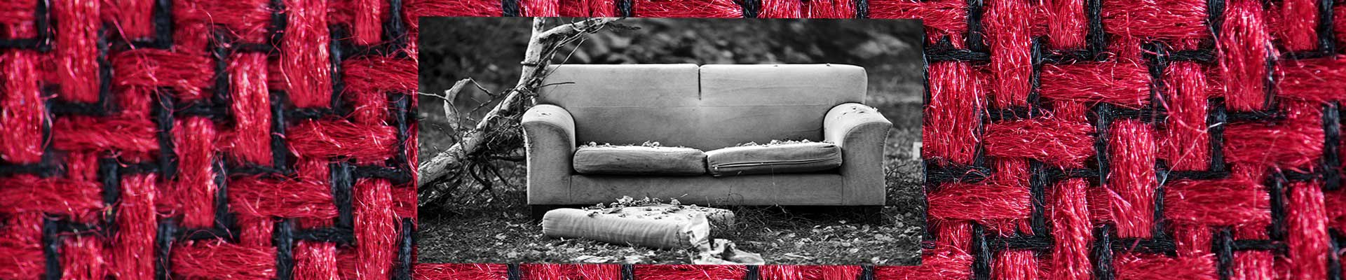 canapé abimé sur tissu a motif rouge