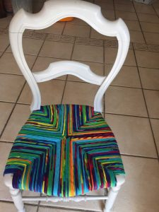 chaise paillée multi-colore